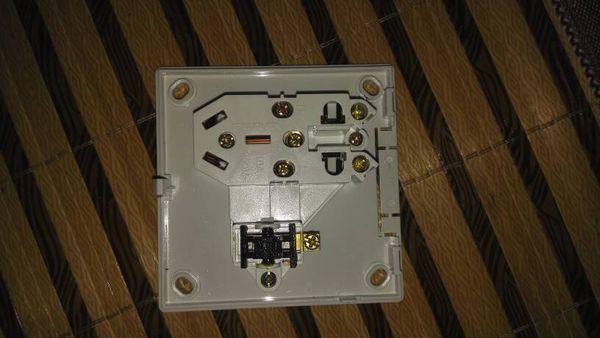 福田五孔带开关插座求接线图开关上面只有一个接线柱,怎么控制插座