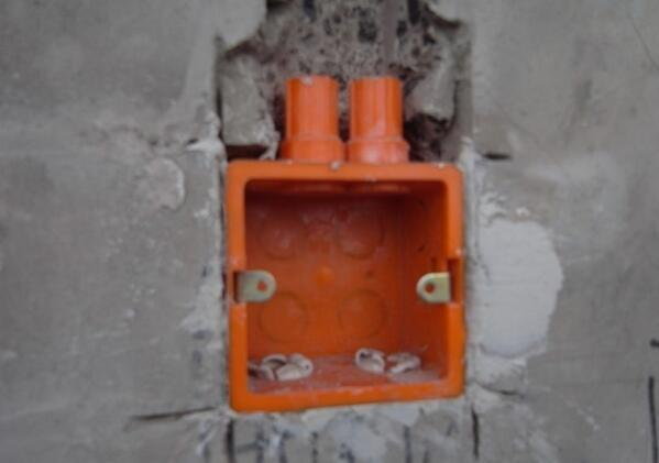 小电工每路线都是串联布线,所以基本上插座的暗盒都是两个线管,一个进