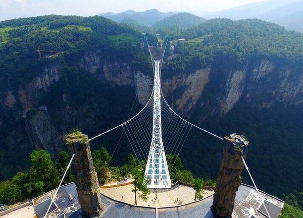 2016年8月20日,湖南省张家界市大峡谷玻璃桥火爆试运营.