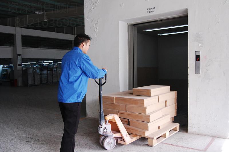 1915年,位于北京市王府井南口的北京饭店安装了3部奥的斯公司交流单速电梯,其中客梯2部,7层7站;杂物梯1部,8层8站(含地下1层)。1921年,北京协和医院安装了1部奥的斯公司电梯。1921年,国际烟草托拉斯集团英美烟公司在天津建立的大英烟公司天津工厂(1953年改名为天津卷烟厂)厂房竣工。厂房内安装了奥的斯公司6部手柄操纵的货梯。1924年,天津利顺德大饭店(英文名Astor Hotel)在改扩建工程中安装了奥的斯电梯公司1台手柄开关操纵的乘客电梯。其额定载重量630kg,交流220V供电,速度1