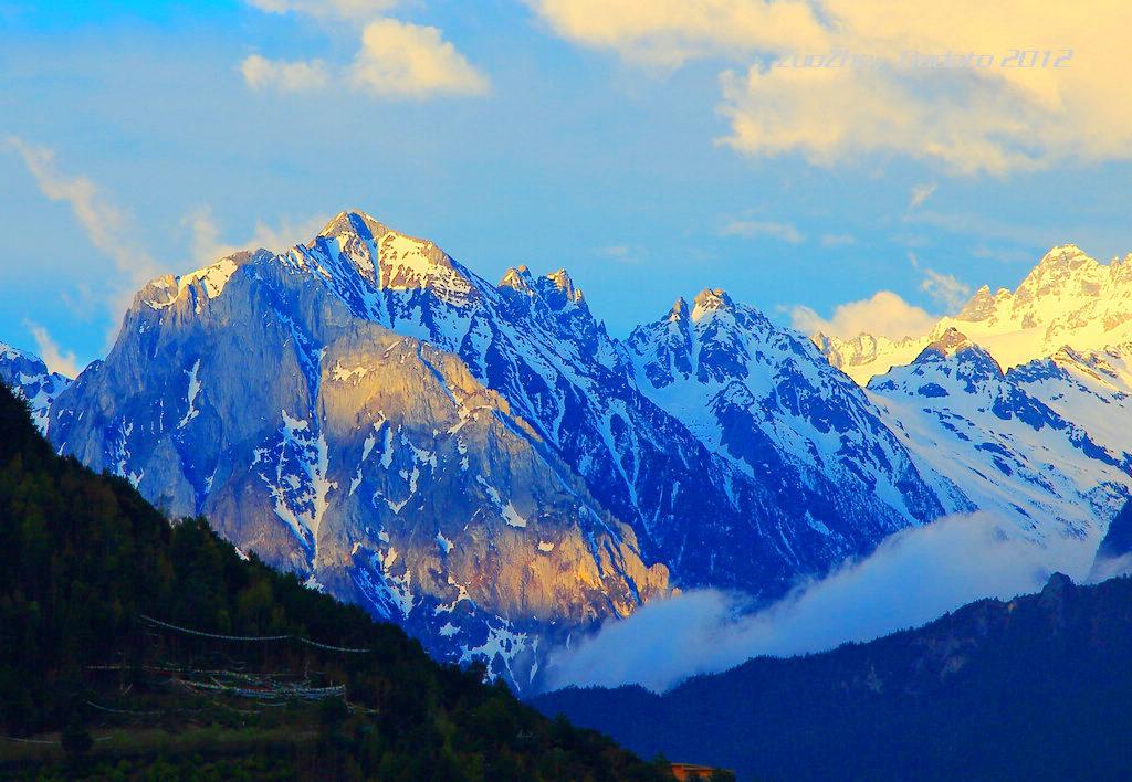 梅里雪山 梅里雪山是云南最壮观的雪山山群,数百里的雪岭雪峰,占去