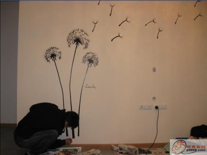 手绘墙画即(墙绘)是近年来居家装饰的潮流,它不再是隔离墙上任人涂抹